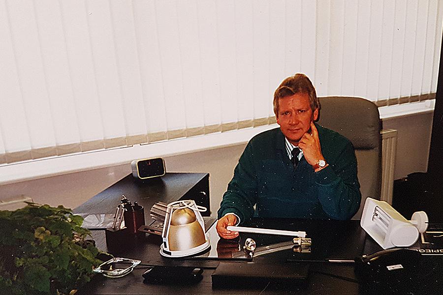 Volker Thiel in seinem Büro in den 1980er Jahren