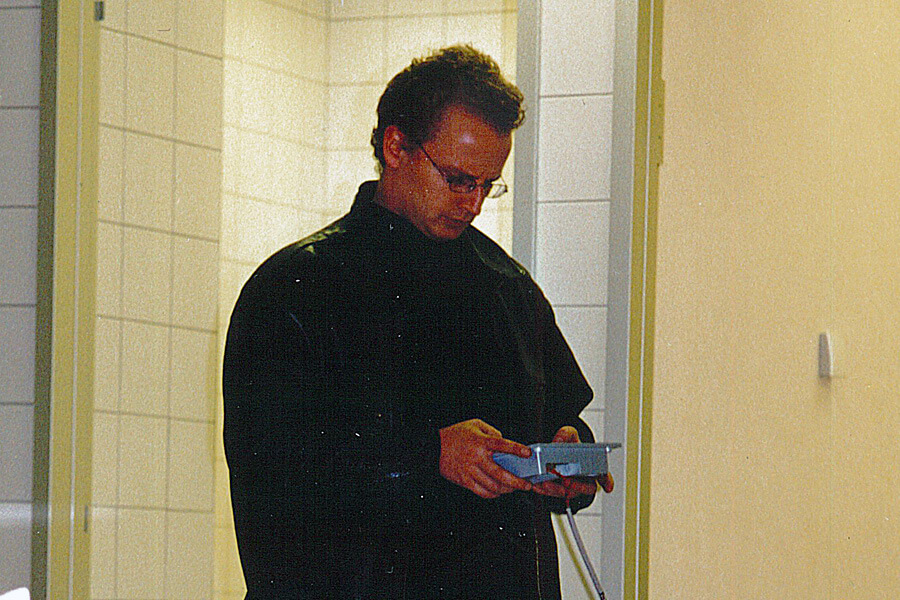 Andreas Thiel bei der Programmierung einer Lichtsteueranlage